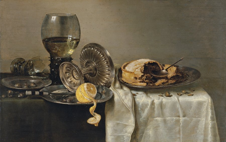 Bodegón con pastel de frutas y diversos objetos