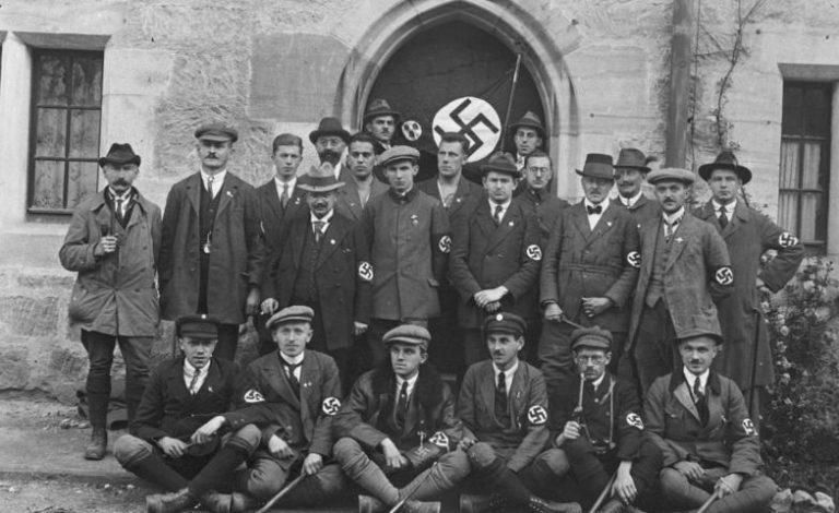 Deutscher Tag in Coburg, links mit Pfeiffe und Hut Oskar Körner, Oktober 1922