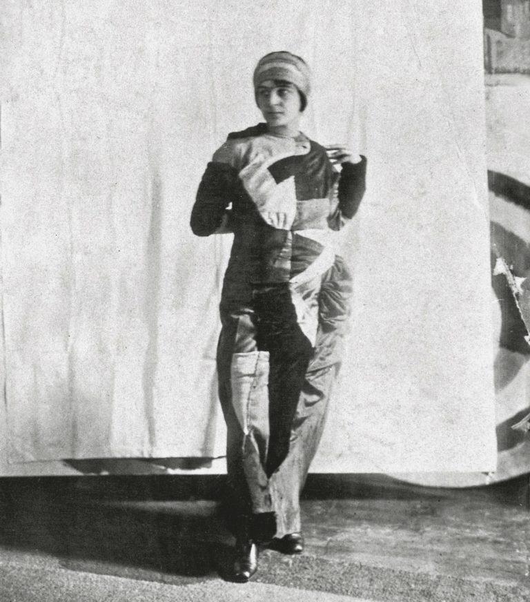 photo de Sonia Delaunay portant la robe simultanée 1913. Au fond derrière le rideau on apercoit le Disque de Robert Delaunay.