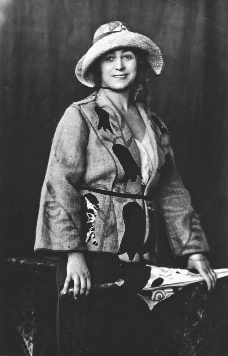 photo de Sonia Delaunay, avec ombrelle en raphia et toile cirée de sa création.  Madrid, 1918.  1988, 18 mars 29 mai, Nederlands Teltilmuseum, Tilburg, p. 43.